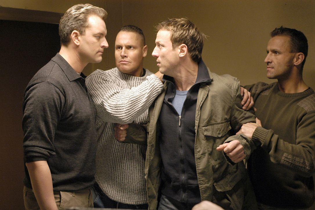 Eines Tages trifft Ex-Polizist Max Anders (Wotan Wilke Möhring, 2.v.r.) ausgerechnet auf den Mann, der ihn mit seiner Falschaussage in den Knast ge... - Bildquelle: Marco Meenen ProSieben