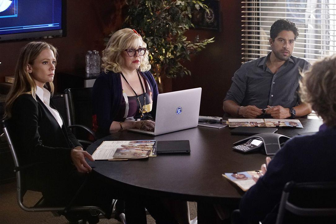 Als ein Mann glaubt, dass er der Bruder von Dr. Tara Lewis ist, beginnt das Team um Garcia (Kirsten Vangsness, M.), JJ (AJ Cook, l.) und Luke (Adam... - Bildquelle: Robert Voets ABC Studios