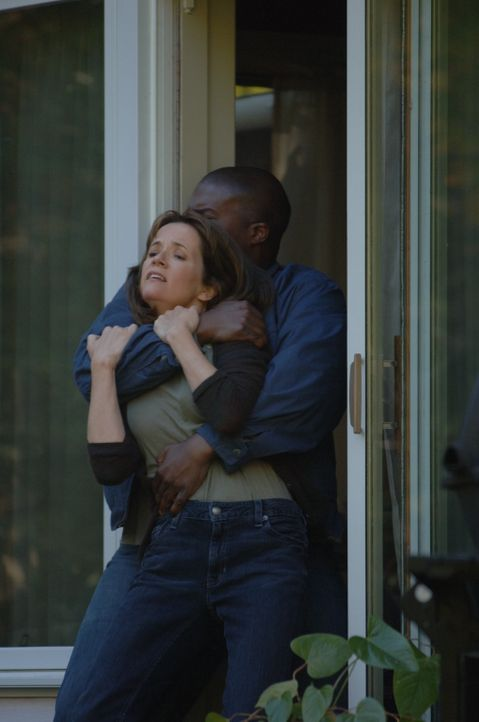 Debbie (Lea Thompson, l.) ist eine liebevolle Hausfrau und Mutter, bis sie in ihrem Haus mit einem Messer bedroht, nach draußen geschleppt und verg... - Bildquelle: INCENDO SMITH PRODUCTION INC. All rights reserved
