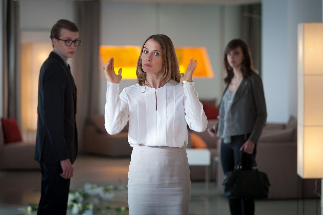 Ihren Mitarbeitern (Julius Feldmeier, l.) und ihren Models Sabrina (Eva Luca Klemmt, r.) macht Fe (Nadeshda Brennicke, M.) schnell klar, dass in der... - Bildquelle: Conny Klein SAT.1