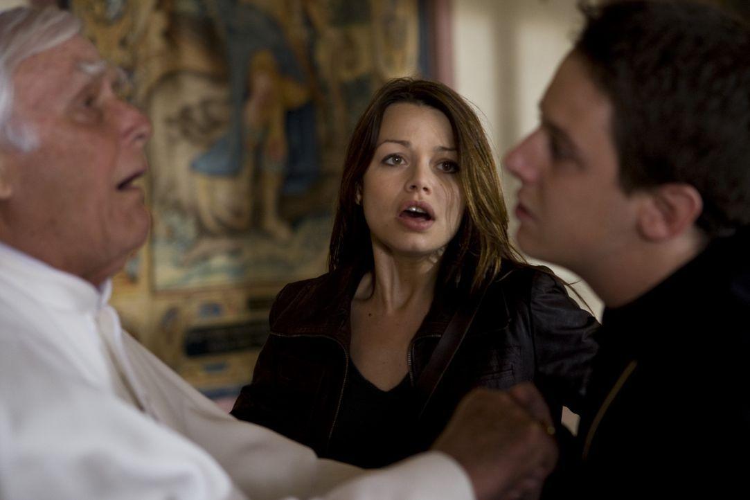 Als Johanna (Cosma Shiva Hagen, M.) eine Privataudienz beim Papst (Joachim Fuchsberger, l.) erhält, ist sie überglücklich, weil sie ihn vor dem droh... - Bildquelle: ProSieben