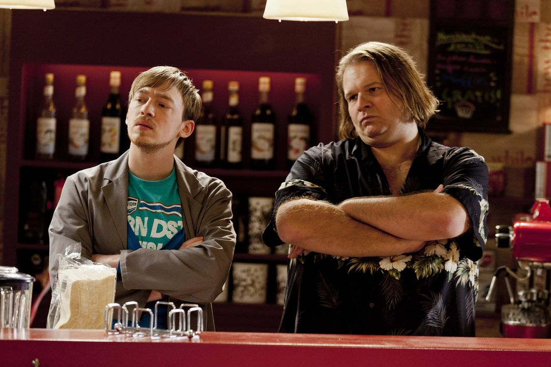 Nachdem Bea verhaftet wurde, zeigen Nils (Tino Mewes, l.) und Hannes (Oliver Fleischer, r.) vollen Einsatz an der Bar, da sie nicht wollen, dass jem... - Bildquelle: Frank Dicks SAT.1