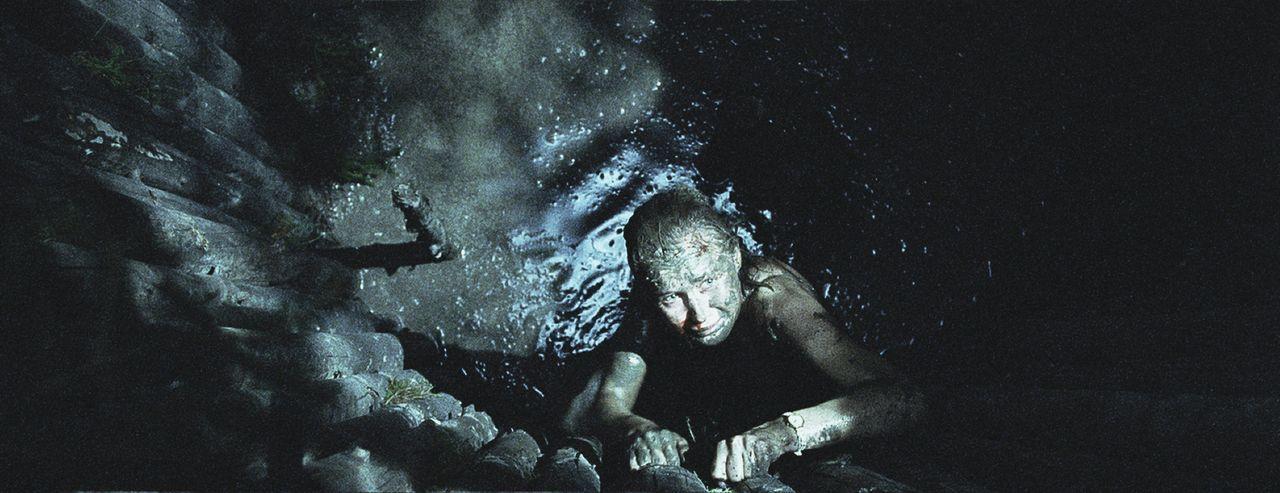 Während Knut hilflos in der Grube leidet, gelingt es Siri (Julie Rusti), der gemeinen Falle zu entkommen. Doch dann hört sie laute Schritte ... - Bildquelle: Licensed by Telepool GmbH