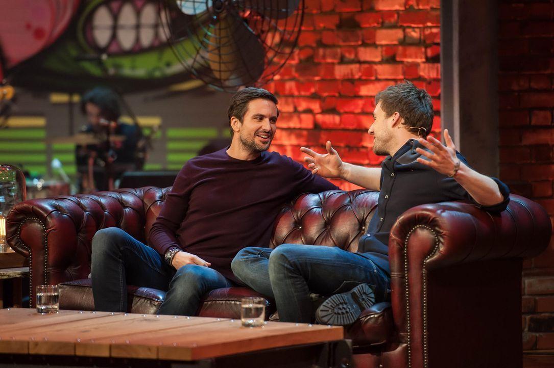 Diese Woche sitzt Musiker und Schauspieler Tom Beck (l.) bei Spaßvogel Luke Mockridge (r.) auf der Couch und plaudert aus dem Nähkästchen ... - Bildquelle: SAT.1