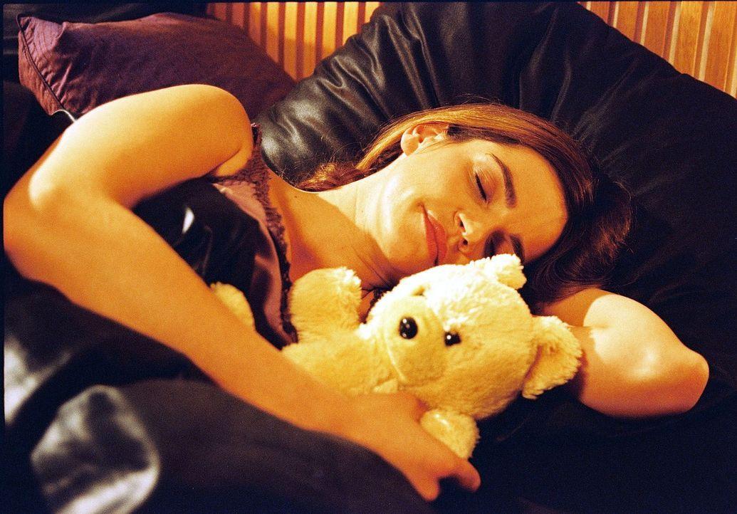 Sandra (Rebecca Immanuel) träumt, dass der neue Freund ihrer Freundin zu ihr ins Bett kommt ... - Bildquelle: Spitz Sat.1