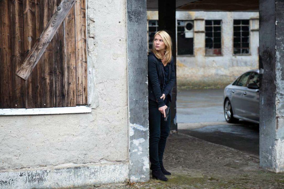 Nachdem ein Drohvideo aufgetaucht ist, auf dem Quinn zu sehen ist, versucht Carrie (Claire Danes) alles, um ihn zu finden - doch wird es ihr gelinge... - Bildquelle: Stephan Rabold 2015 Showtime Networks, Inc., a CBS Company. All rights reserved.
