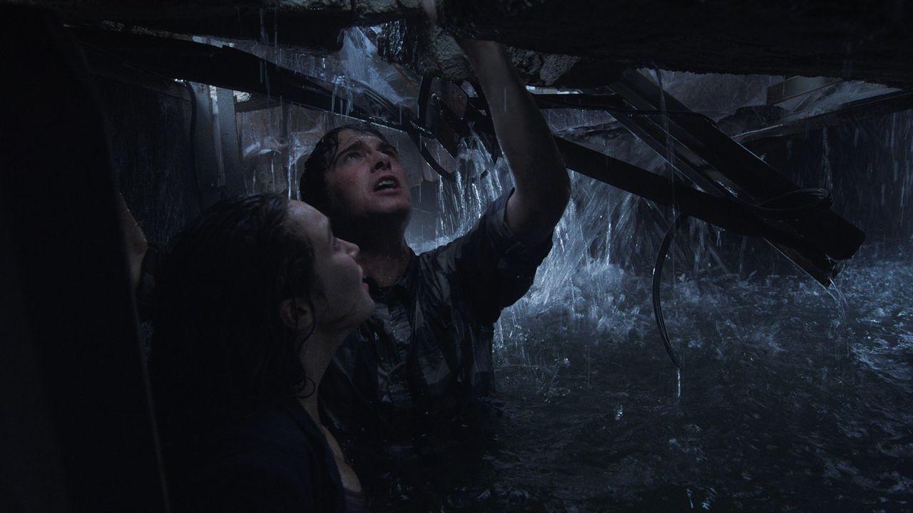 Donnie (Max Deacon, r.) und Kaitlyn (Alycia Debnam-Carey, l.) sitzen in der Falle: Wenn nicht sofort Rettung naht, werden sie qualvoll im Kampf gege... - Bildquelle: 2014 © Warner Bros.