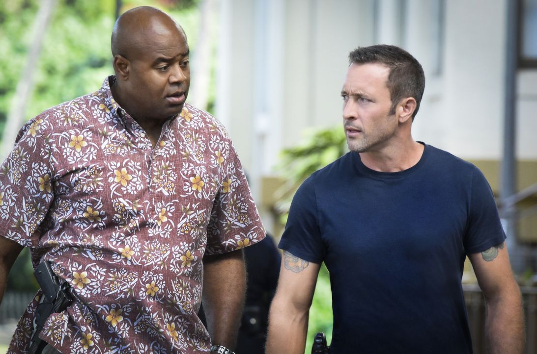 Durch einen Hinweis einer DEA-Informantin führt McGarrett (Alex O'Loughlin, r.) und Grover (Chi McBride, l.) die Spur zunächst in ein schickes Resta... - Bildquelle: Norman Shapiro 2017 CBS Broadcasting Inc. All Rights Reserved.
