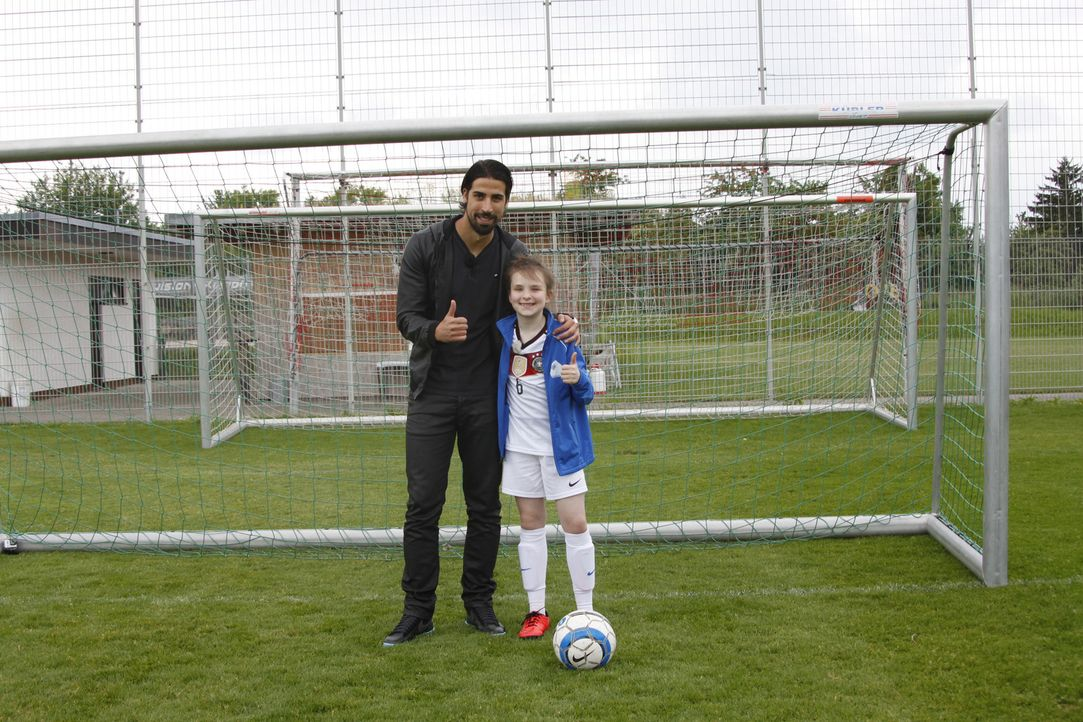 Ein großer Traum geht für Rosalie in Erfüllung, denn sie trifft Fußball-Weltmeister Sami Khedira (l.) ... - Bildquelle: SAT.1