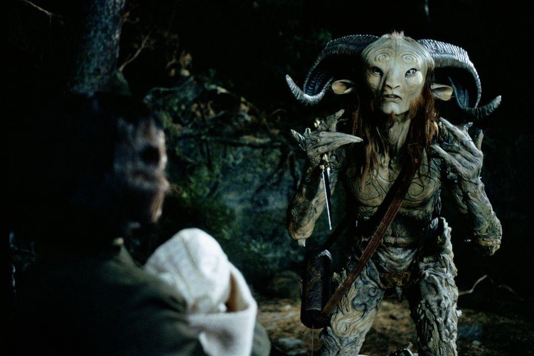 In ihrem neuen Zuhause entdeckt Ofelia (Ivana Baquero, l.) ein Labyrinth, an dessen Ende sie auf Pan (Doug Jones, r.) trifft, der ihr erzählt, sie s... - Bildquelle: Telepool GmbH