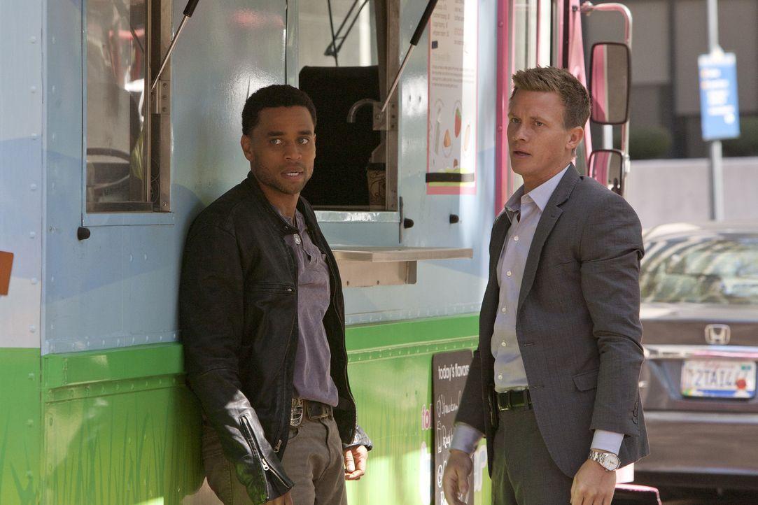 Wollen unbedingt Dr. Ryan als Therapeutin zurück: Travis (Michael Ealy, l.) und Wes (Warren Kole, r.) ... - Bildquelle: USA Network