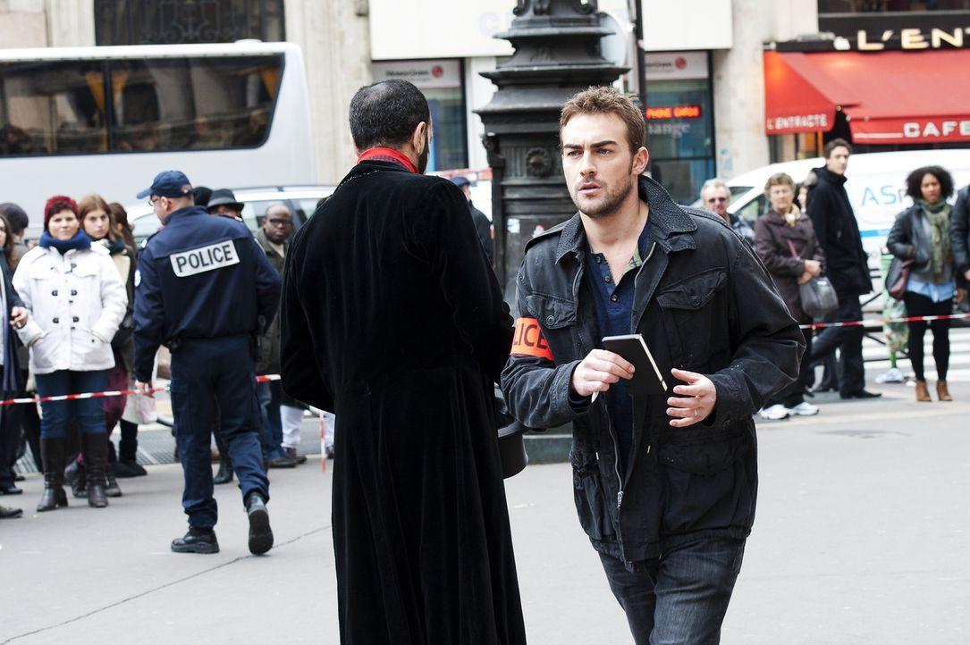 Bayard (Tom Austen) ist voller Tatendrang, denn der letzte Mord in Paris ist erst einige Minuten her. Der frische Tatort wird sofort genau unter die... - Bildquelle: Stéphanie Dupont Atlantique Productions