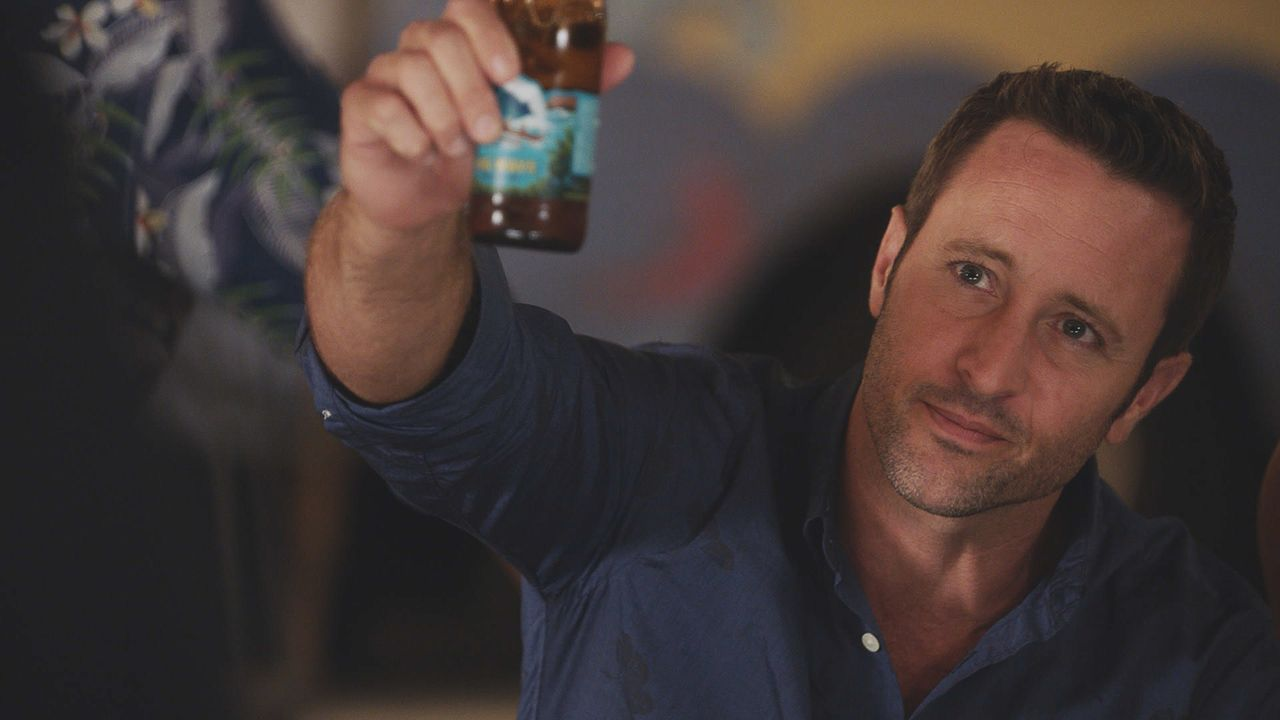 Ein Toast auf Max: Steve (Alex O'Loughlin) ... - Bildquelle: Norman Shapiro 2016 CBS Broadcasting, Inc. All Rights Reserved