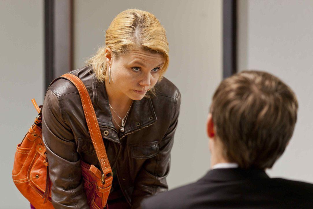Während Bea im Knast sitzt, versucht Danni (Annette Frier, l.) alles um sie da raus zu boxen, doch das ist gar nicht so einfach ? - Bildquelle: Frank Dicks SAT.1