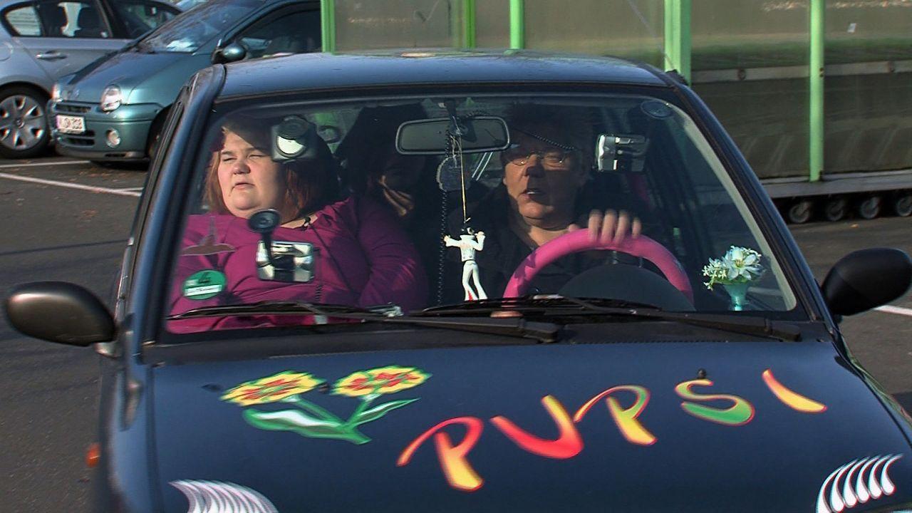 """Eileens (l.) Tante Doris (r.) ist mächtig stolz auf ihren knuffigen Kleinwagen """"Pupsi"""", der mit fünf  Navigationsgeräten und reichlich liebevolle... - Bildquelle: SAT.1"""
