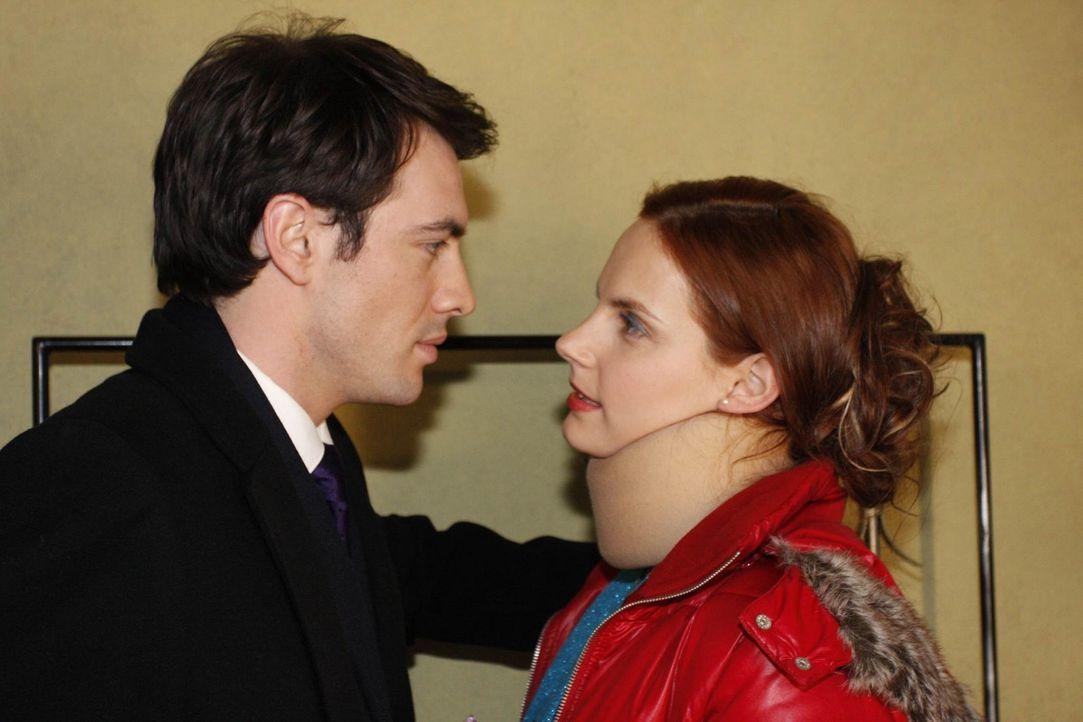 Manu (Marie Zielcke, r.) und Mark (Arne Stephan, l.) fällt es nach der intensiven Nacht schwer, auseinander zu gehen. - Bildquelle: SAT.1