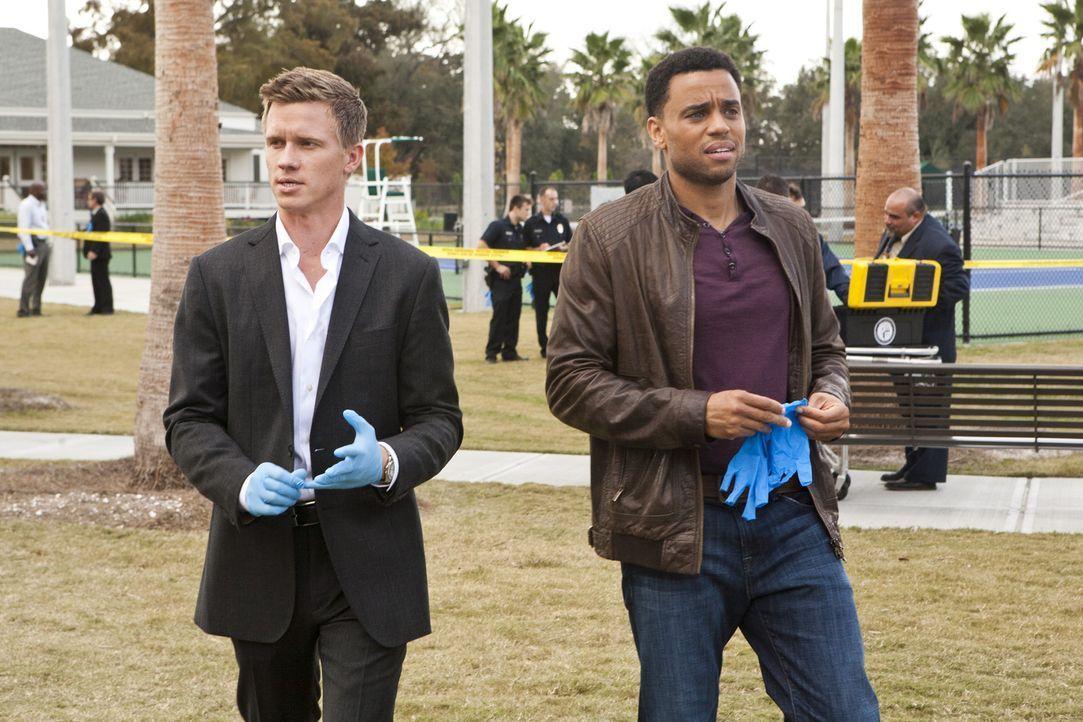 Ermitteln in einem neuen Mordfall: Travis (Michael Ealy, r.) und Wes (Warren Kole, l.) ... - Bildquelle: 2012 USA Network Media, LLC