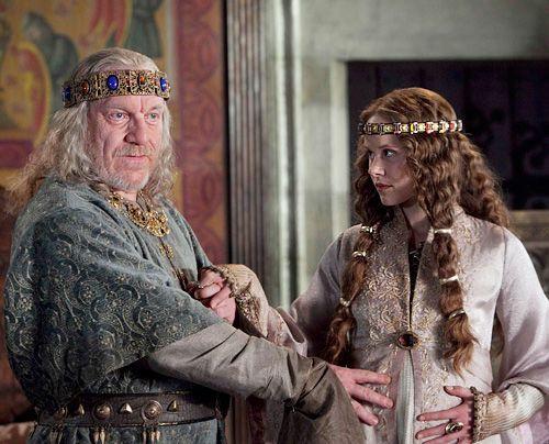 Am englischen Hof, hat sich König Heinrich I. (Clive Wood) entschlossen, seine legitime Tochter Mathilde (Alison Pill) zur Nachfolgerin zu machen.... - Bildquelle: Egon Endrenyi - Tandem Productions - Pillars Productions