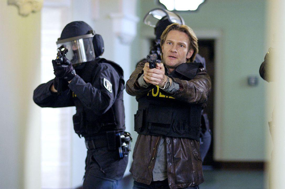 Niklas (Thure Riefenstein, vorne) versucht den Amoklauf zu verhindern ... - Bildquelle: Oliver Feist Sat.1