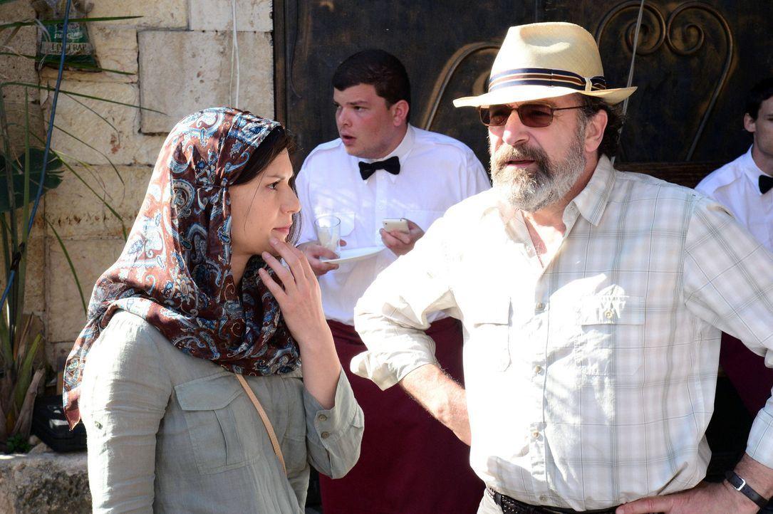 Während sich Carrie (Claire Danes, l.) im Kreis ihrer Familie erholt, wird sie von Saul (Mandy Patinkin, r.) um Hilfe gebeten. Sie soll Fatima, ein... - Bildquelle: 20th Century Fox International Television