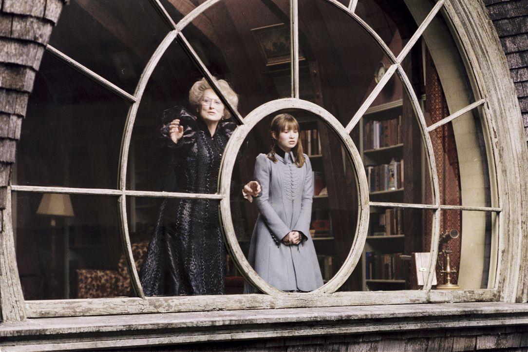 Tante Josephine (Meryl Streep, l.) will wirklich das Beste für Violet (Emily Browning, r.) und ihre Geschwister. Doch auch sie rechnet nicht mit On... - Bildquelle: Copyright   2004 by  DREAMWORKS LLC  and PARAMOUNT PICTURES CORPORATION.  All Rights Reserved.