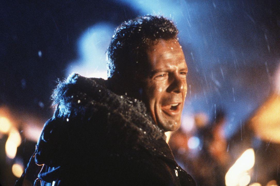 Eigentlich wollte er nur seine Frau vom Flughafen abholen: John McClane (Bruce Willis) nimmt den Kampf gegen eine hochgerüstete Terrorgruppe auf, d... - Bildquelle: 20th Century Fox