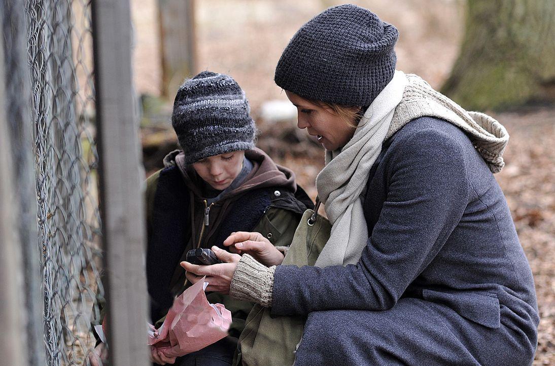 Der kleine Kilian (Chiron Elias Krase, l.) lebt zusammen mit seinem Vater auf einem maroden Anwesen mitten in den Wäldern des Havellandes. Hannah Ma... - Bildquelle: Oliver Feist SAT.1 / Oliver Feist