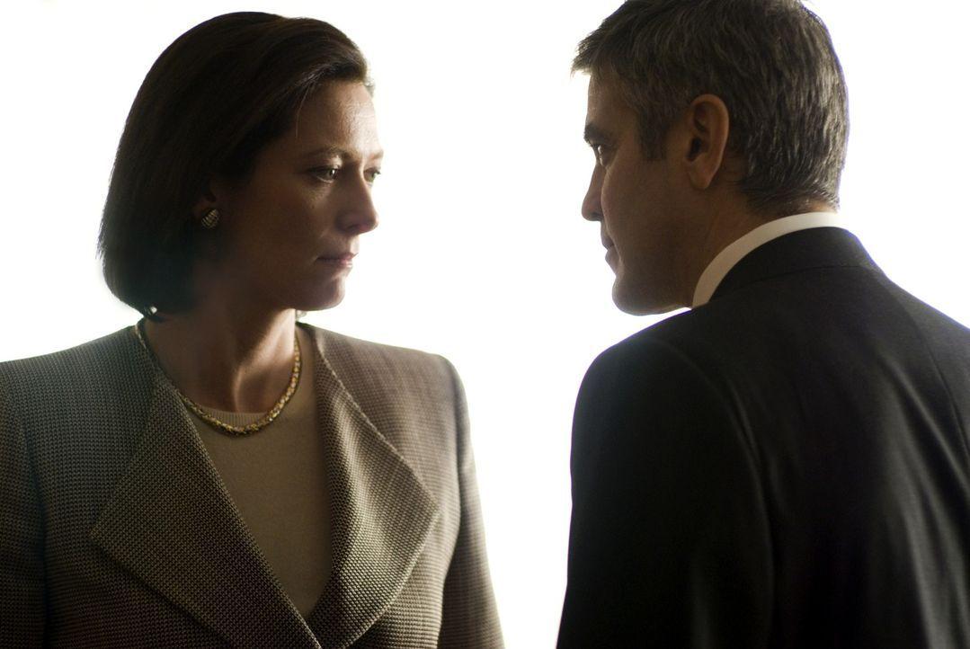 Wird der Anwältin Karen Crowder (Tilda Swinton, l.) klar, mit wem sie da zusammenarbeitet? Michael (George Clooney, r.) kämpft nur wegen ihr und der... - Bildquelle: Constantin Film Verleih GmbH