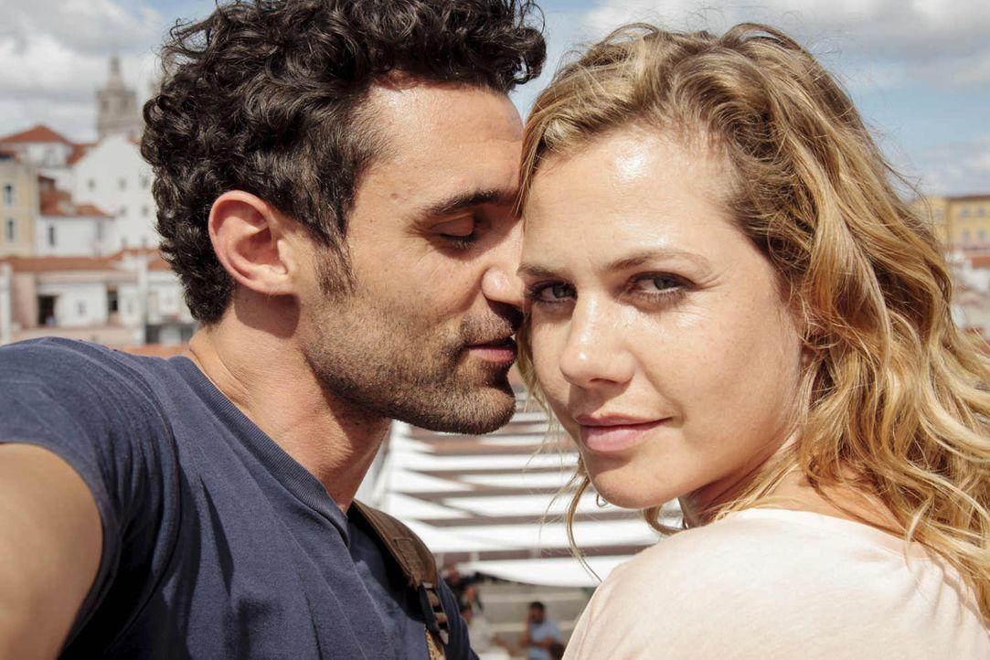 Noch sind Eva (Felicitas Woll, r.) und Luis (Renato Schuch, l.) ein glückliches Paar, das seine kleinen Unstimmigkeiten schnell bereinigt, doch Jahr... - Bildquelle: Joao Tuna SAT.1