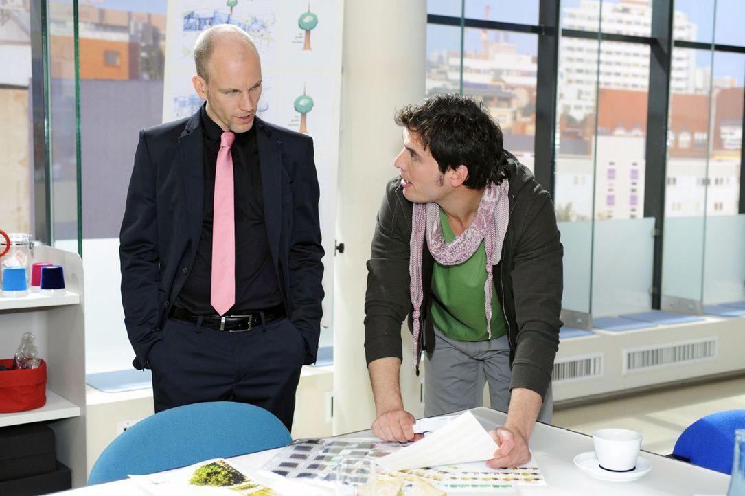 Gerrit (Lars Löllmann, l.) gibt Igor (Dimitri Bilov, 2.v.r.) das Geld zurück, doch der besteht auf Zinsen ... - Bildquelle: Sat.1