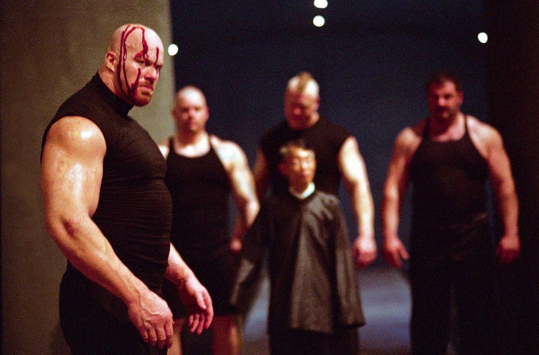 Kham hat einen hemmunmgslosen Gegner: T.K. (Nathan Jones, vorne) ... - Bildquelle: e-m-s the DVD-Company