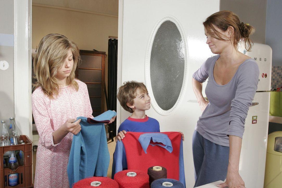 Eva (Anja Kling, r.) testet ihre ersten Kreationen an den eigenen Kindern. Während Ben (Joel Eisenblätter, M.) begeistert ist, schaut Anna (Leonie... - Bildquelle: Sat.1