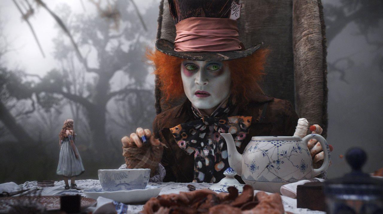 Der verrückte Hutmacher (Johnny Depp, r.) scheint Alice (Mia Wasikowska, l.) bereits sehnsüchtig erwartet zu haben ... - Bildquelle: Leah Gallo Disney Enterprises, Inc. All rights reserved