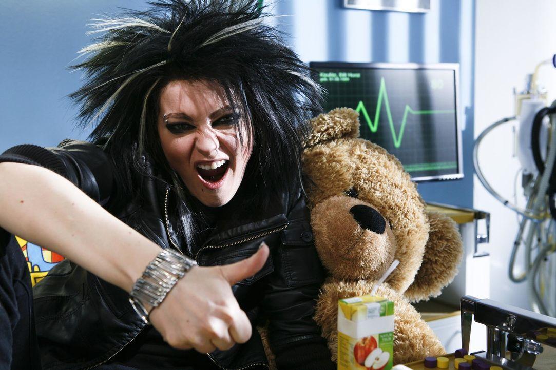 Stirnlappenkrampf oder Fehlfunktion des Hypothalamus? Tokio Hotel-Sänger Bill (Martina Hill) leidet an einem ansteckenden Virus - ein Fall für Dr. H... - Bildquelle: Kai Schulz ProSieben / Kai Schulz