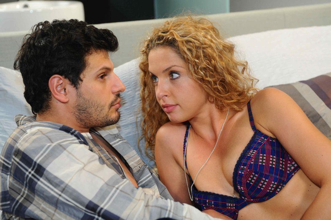 Genießen ihre Zweisamkeit: Luca (Manuel Cortez, l.) und Nina (Maria Wedig, r.) ... - Bildquelle: SAT.1