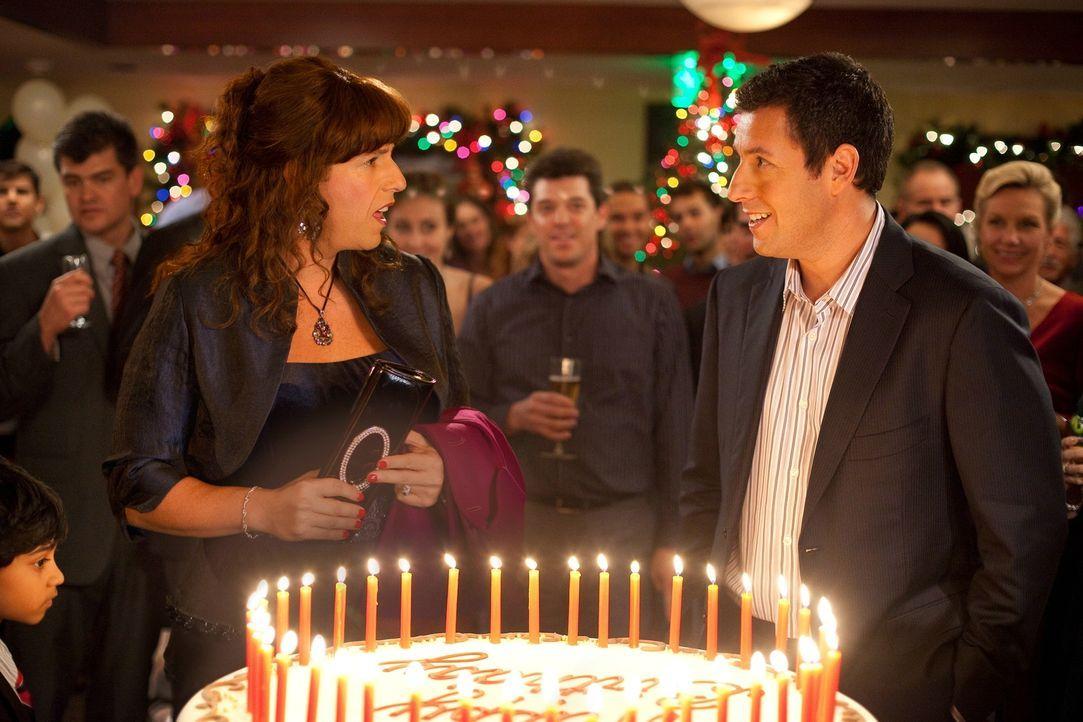 Auch die Kreuzfahrt samt Geburtstagsessen gerät zum Desaster, denn Jill (Adam Sandler, l.) weigert sich, sich mit ihrem Verehrer Al Pacino zu treffe... - Bildquelle: 2011 Columbia Pictures Industries, Inc. All Rights Reserved.