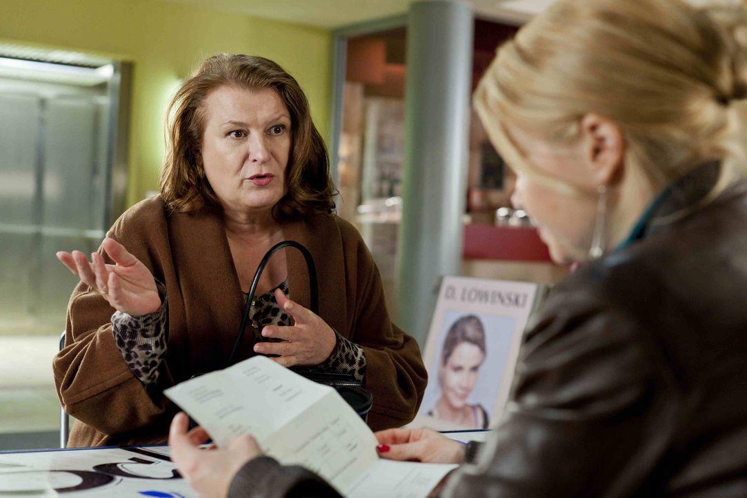 Während Danni (Annette Frier, r.) sich für ihre neue Mandantin Ulla Bode (Traute Hoess, l.) einsetzt, hat Kurt zu ihrer Überraschung einen Job ge... - Bildquelle: SAT.1