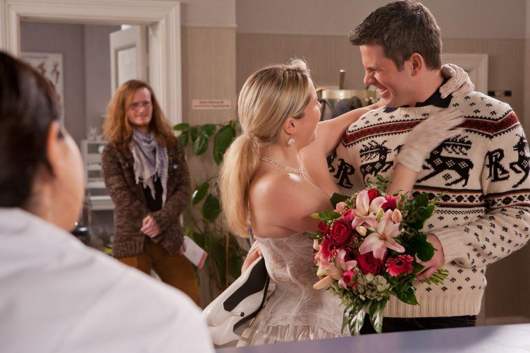 Ein ungewöhnliches Brautpaar findet den Weg in die Praxis und zieht die Aufmerksamkeit auf sich. Denn die verliebte, pummelige Manuela (Caroline Ma... - Bildquelle: Conny Klein SAT.1