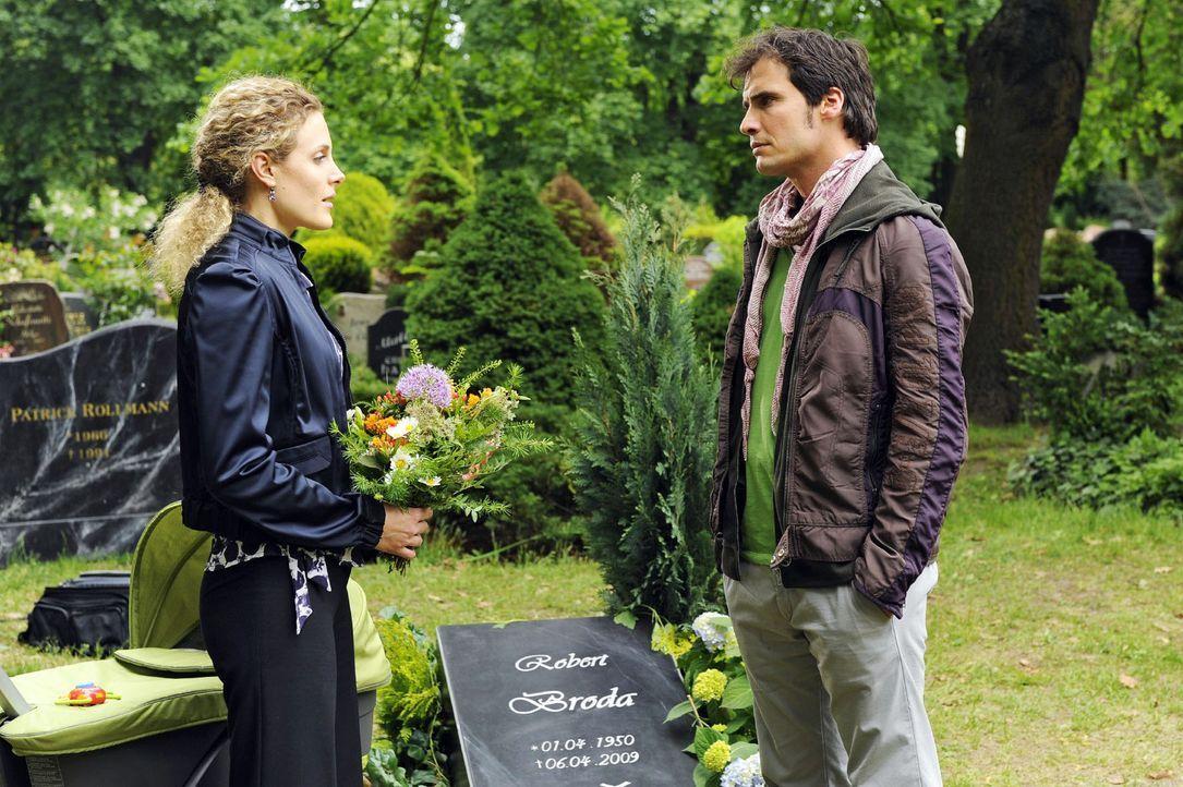 Am Grab von Robert lernt Maja (Barbara Lanz, l. ) Alexander (Paul Grasshoff, r. ) - und hilft ihm unbewusst eine Entscheidung zu fällen. - Bildquelle: Sat.1