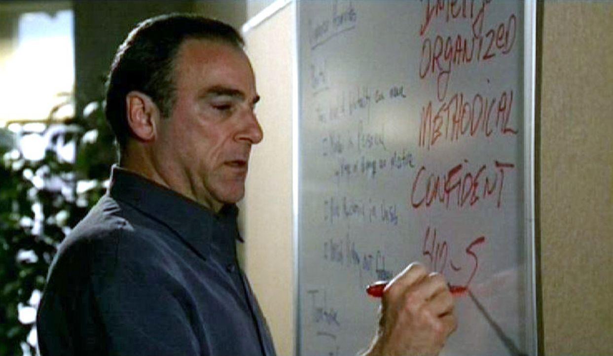 Mit Hilfe einer Charakteranalyse versucht Special Agent Jason Gideon (Mandy Patinkin) ein Täterprofil zu erstellen ... - Bildquelle: Touchstone Television