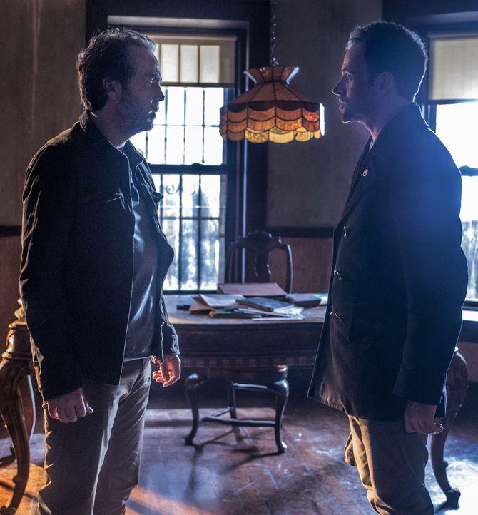 Als Rhys (John Hannah, l.), Sherlock Holmes (Jonny Lee Miller, r.) ehemaliger Drogendealer auftaucht, und ihn um Hilfe bittet, wird seine Abstinenz... - Bildquelle: CBS Television