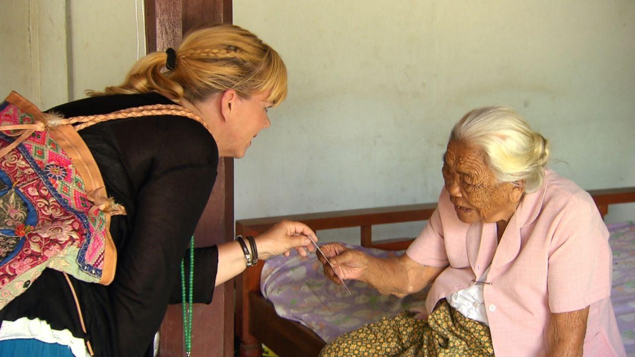 Michaela setzt auf Julias (l.) Spürsinn. Die gebürtige Thailänderin wurde als Kind von ihrem Vater zur Adoption freigegeben und wuchs in Österreich... - Bildquelle: SAT.1