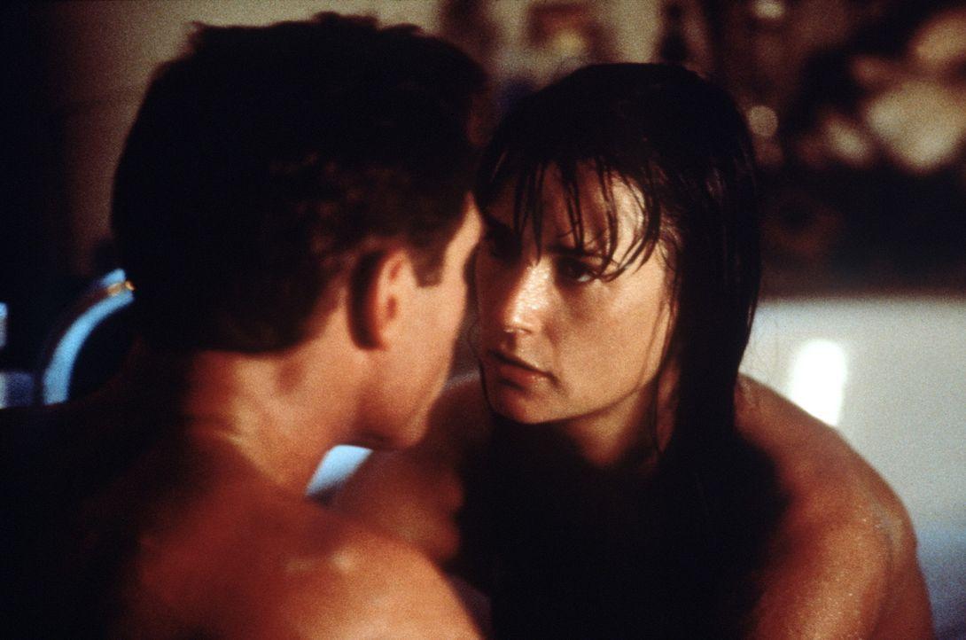Noch führen sie eine normale Beziehung: Royce (Jason Beghe, l.) und Jordan (Demi Moore, r.) ... - Bildquelle: Buena Vista International