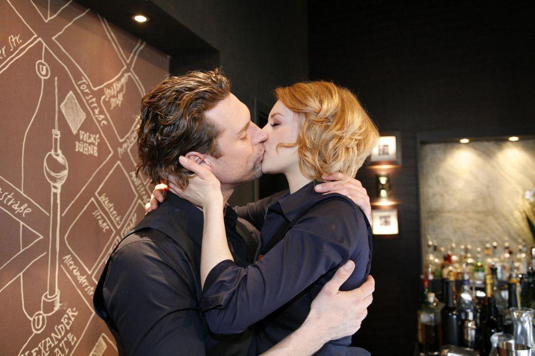 Sind glücklich miteinander: Toni (Ron Holzschuh, l.) und Jana (Ronja Peters, r.) ... - Bildquelle: SAT.1