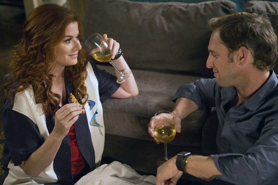 Jake (Josh Lucas, r.) und Laura (Debra Messing, l.) kommen sich immer näher, doch die Geheimnisse, die Jake bewahrt, könnten ihre Beziehung erneut z... - Bildquelle: 2015 Warner Bros. Entertainment, Inc.