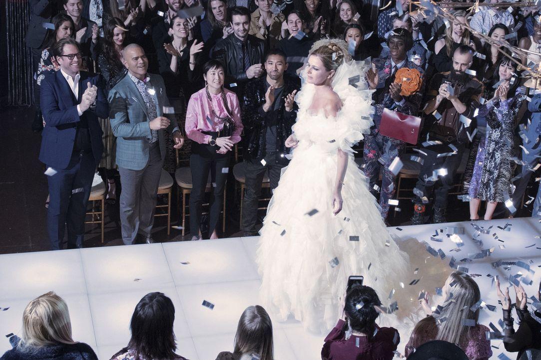 Als Ex-Model lässt sich Nella (Paulina Porizgova) die Präsentation ihrer Kollektion nicht nehmen. Sie wird vom Publikum gefeiert, doch hinter den Ku... - Bildquelle: John Paul Filo 2017 CBS Broadcasting, Inc. All Rights Reserved.