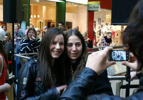 Auch Christopher hatte damit kein Problem und fotografiert Selina mit einem Fan. - Bildquelle: Danilo Brandt - Sat1