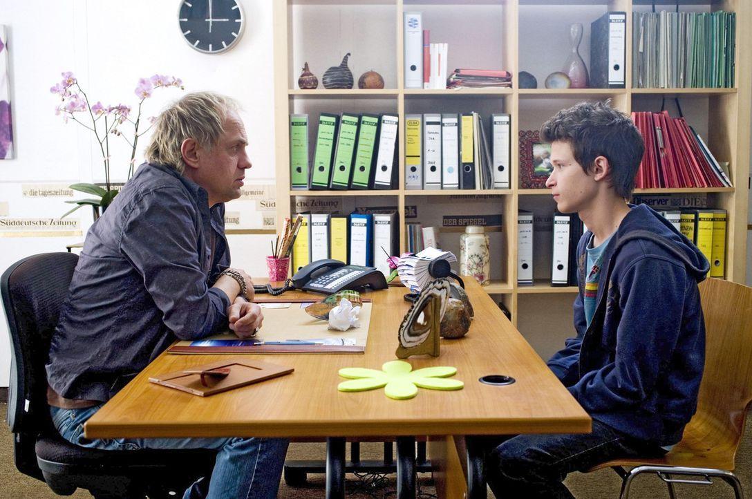 Franz (Joel Basman, r.) erzählt Carlo (Uwe Ochsenknecht, l.) von seiner Mutter, die nie Zeit für ihn hat. Carlo erteilt einen folgenschweren Rat ... - Bildquelle: Sat.1