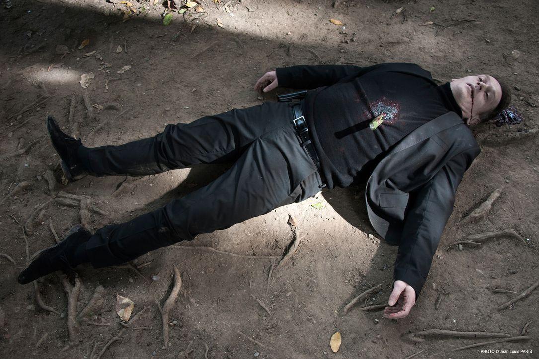 Der Sicherheitsbeamte Clément Degas (Laurent Krause) sollte eigentlich eine Zeugin in seine Obhut nehmen, doch kurz vor der Übergabe wird er in eine... - Bildquelle: Jean Louis PARIS