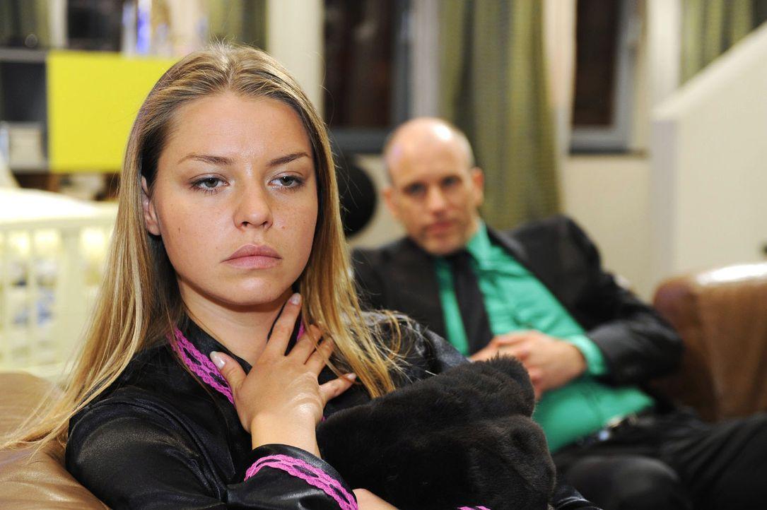 Katja (Karolina Lodyga, l.) leidet unter der Tatsache, dass sie von Gerrit (Lars Löllmann, r.) schwanger ist. - Bildquelle: Sat.1